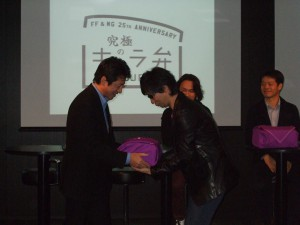 『PlayStation(R) 3』型の漆塗りの重箱が河野氏からゲストに手渡され、「究極のキャラ弁」がお披露目