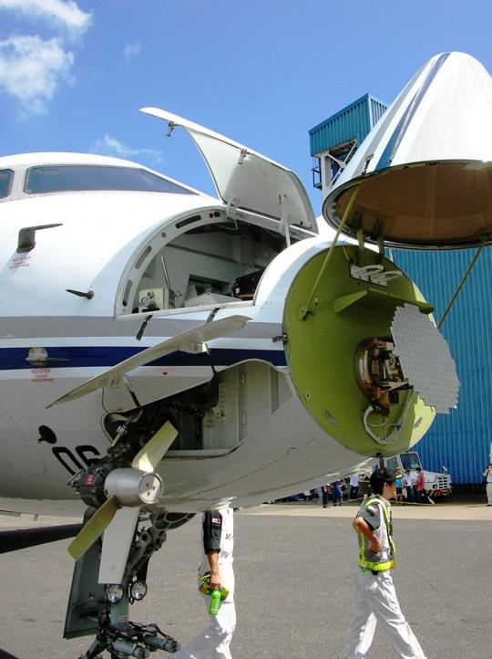 機首に搭載された気象レーダー