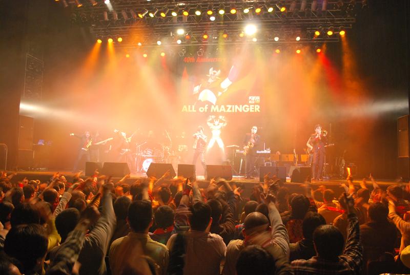 「マジンガーZーー!!」のサビの部分では、観客全員で「Z」ポーズ