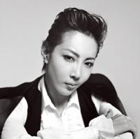 宝塚歌劇団星組の柚希礼音が女性向けファッション誌『GLAMOROUS』に登場