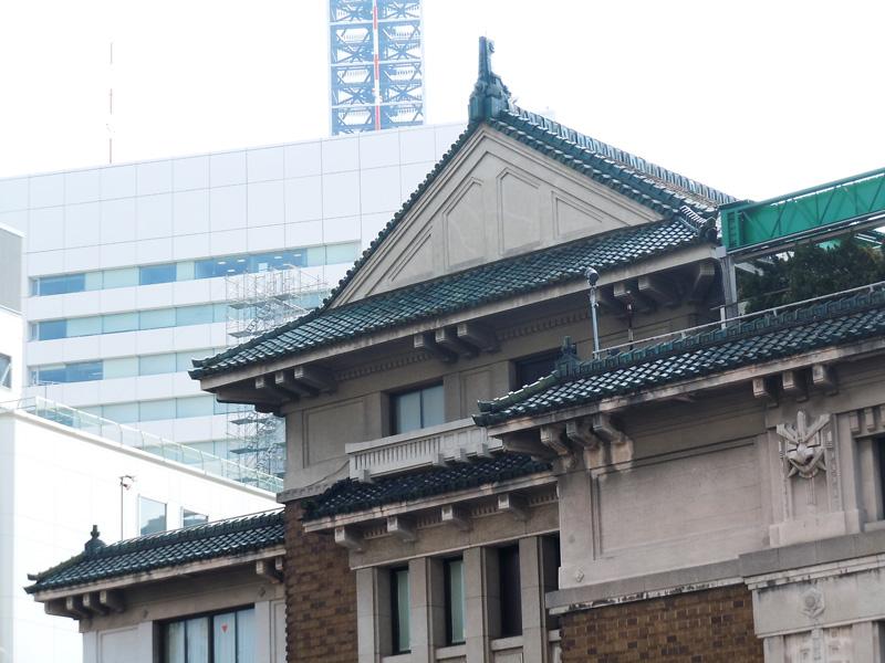 直線基調の屋根瓦と特徴的な装飾