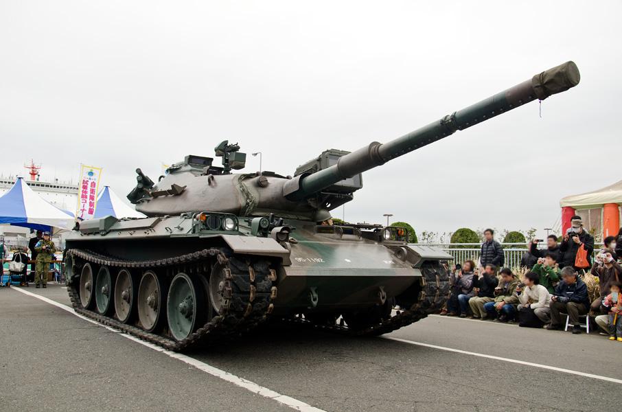 (写真:展示された74式戦車)