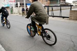 (写真:レンタサイクルで回る人)