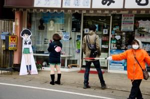 (写真:町の人が安全確保)