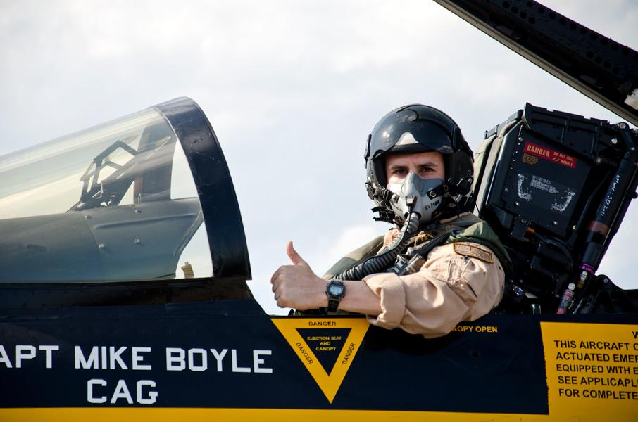 VFA-115のパイロットがサムアップ