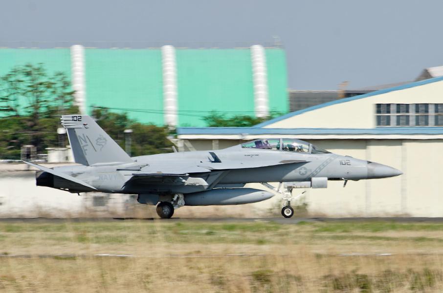 着陸したVFA-102のCO機