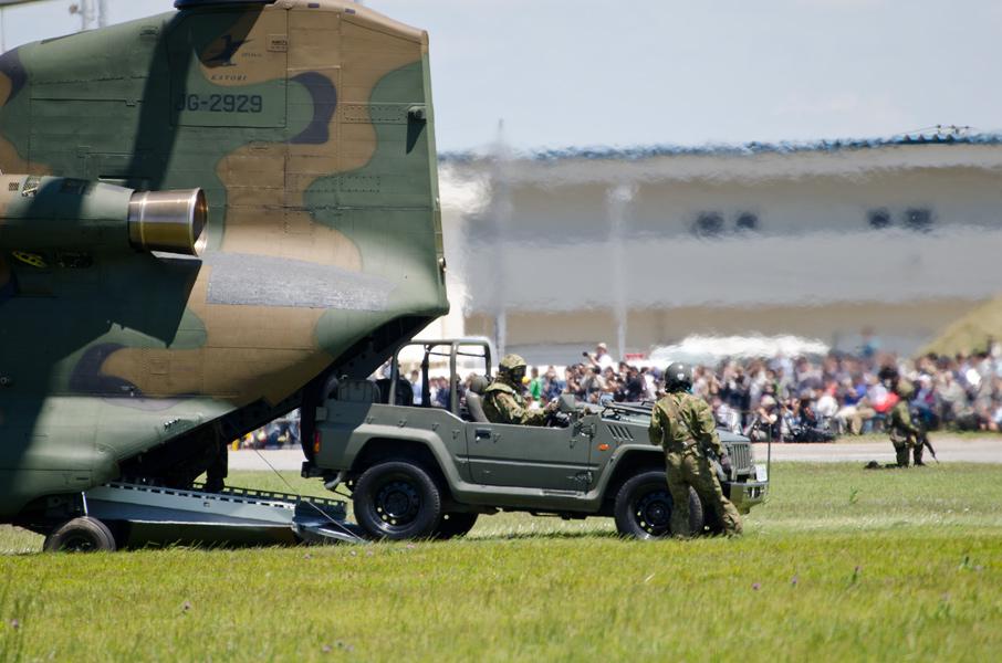 CH-47Jから出る1/2tトラック
