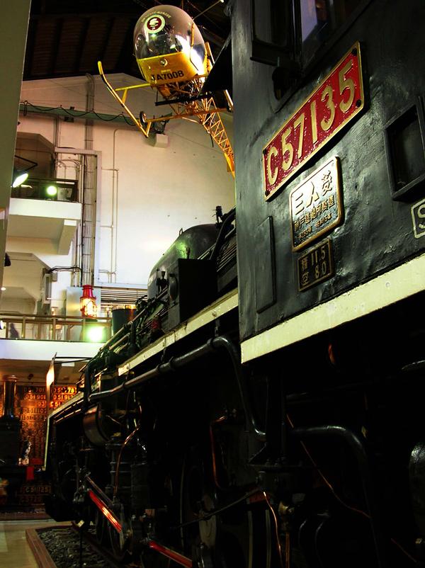 機関車ホールを見上げる