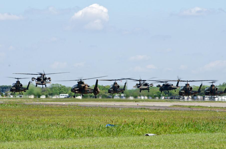 観閲飛行に向け一斉に離陸するヘリコプター