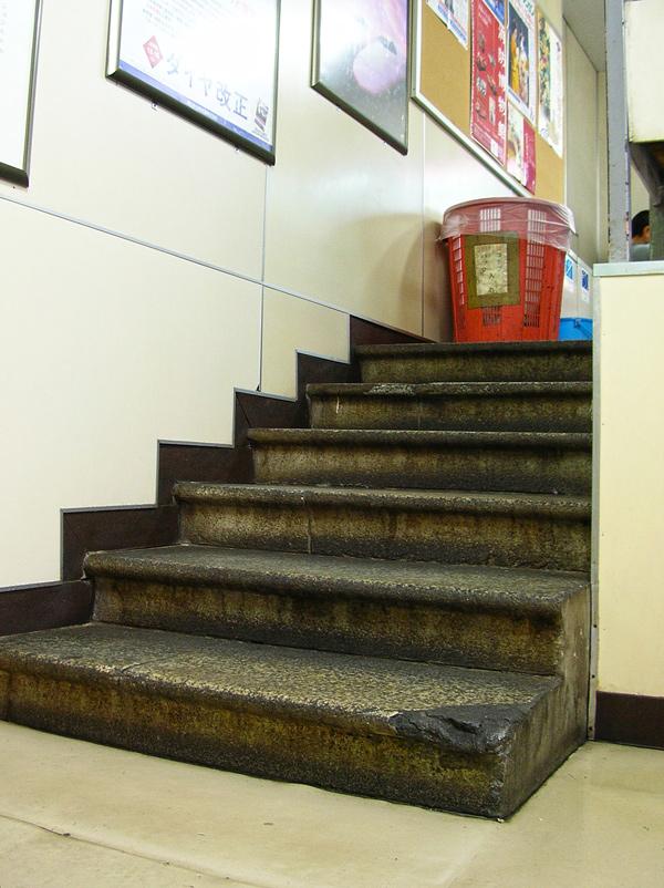 展示の為に切り欠かれた中央階段