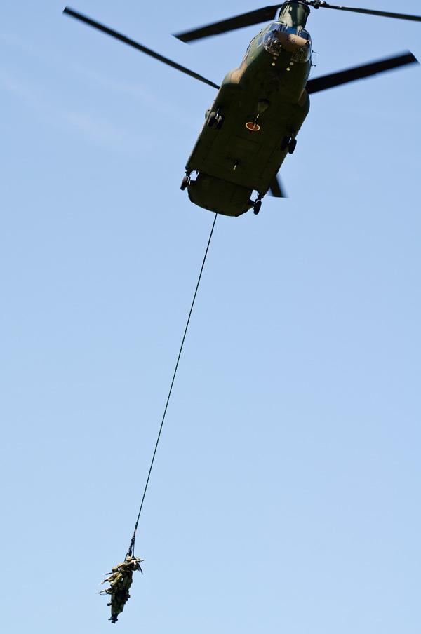 普通科隊員を吊り下げ離脱するCH-47J