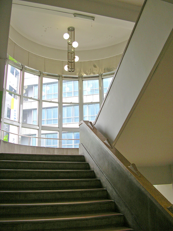 円筒形の踊り場が美しい階段室