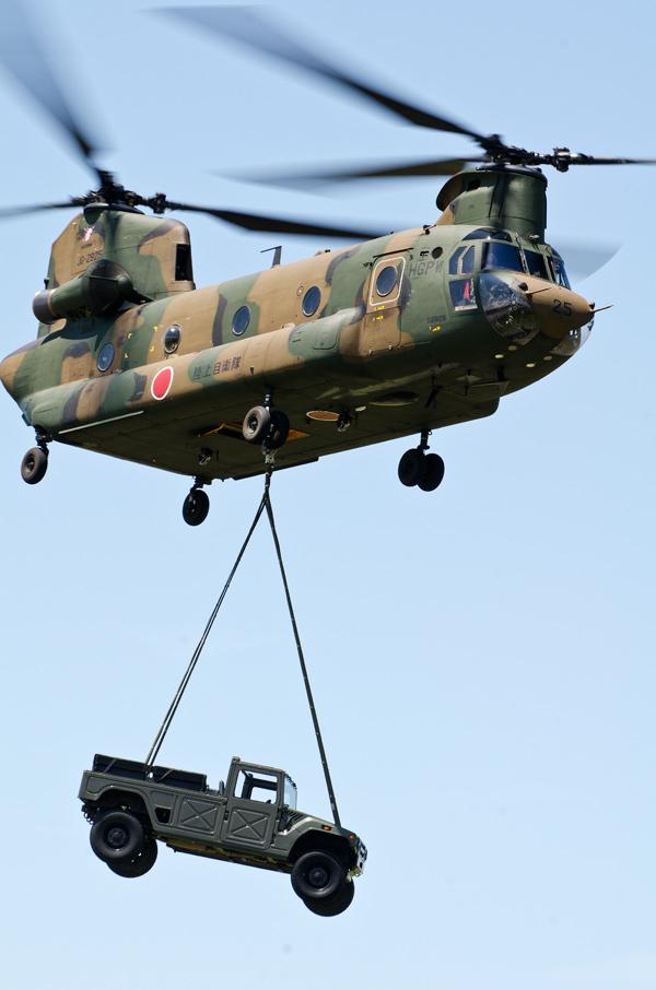 高機動車を懸吊して飛行するCH-47J