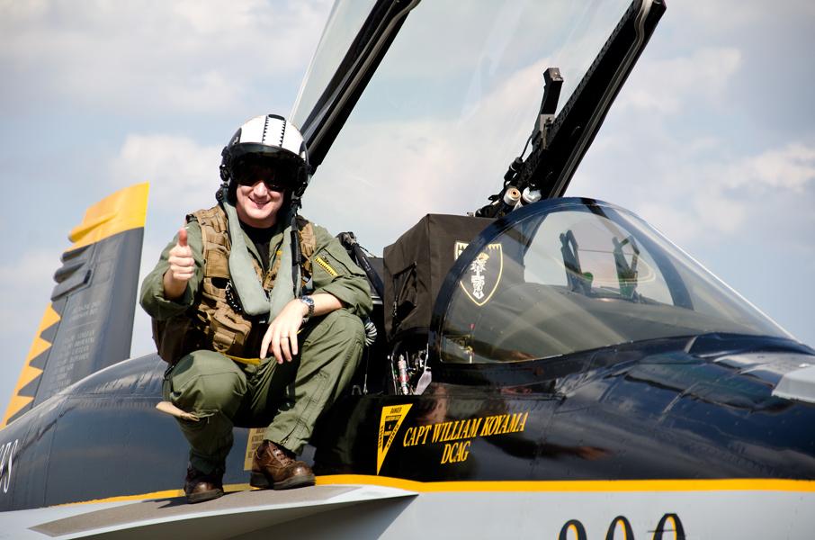 サムアップで応えるVFA-27のパイロット