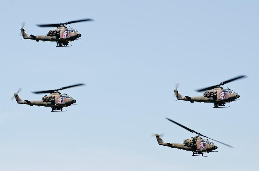 AH-1Sのダイヤモンド編隊