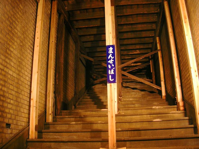 開業当初の階段が残る中央階段
