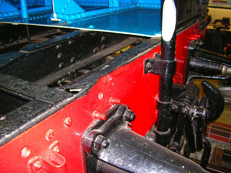 マレー式機関車に残る焼夷弾ケースの損傷痕
