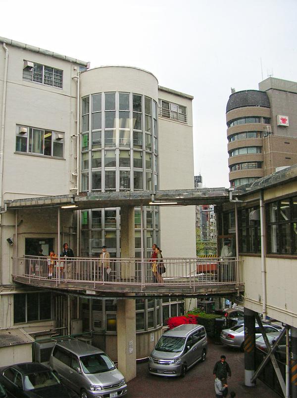 円筒形の階段室と別館への連絡通路