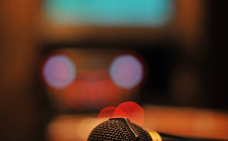 「進撃の巨人」オープニング曲「紅蓮の弓矢」をカラオケで歌う時冒頭のドイツ語をうまく歌うコツ