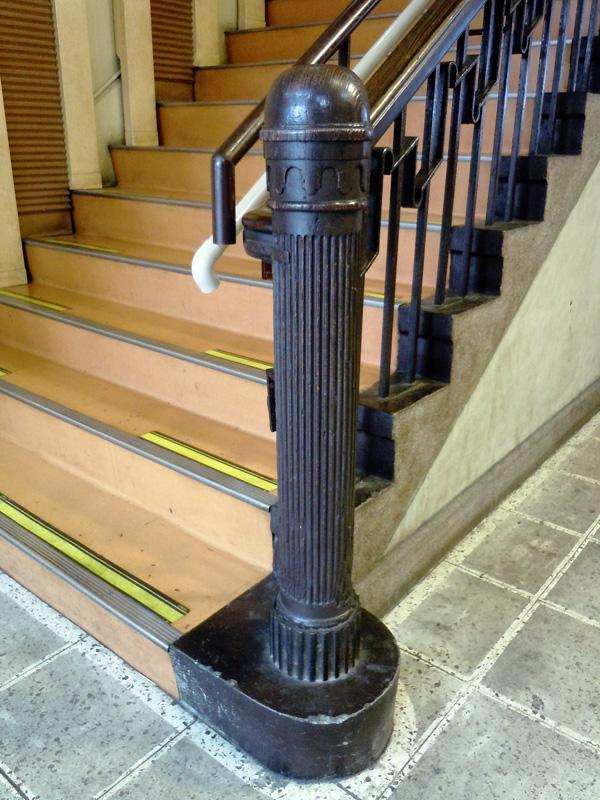 内部階段の親柱