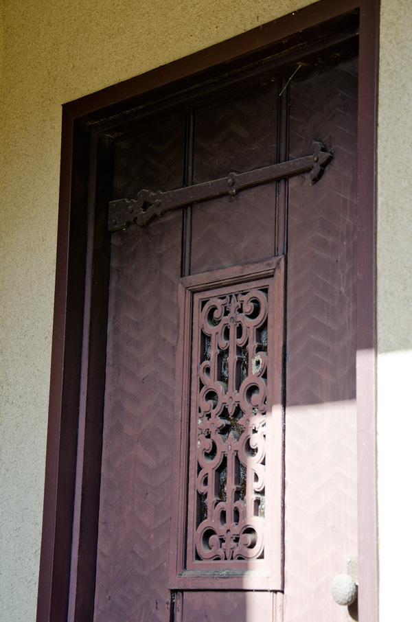 扉は典型的なチューダー様式