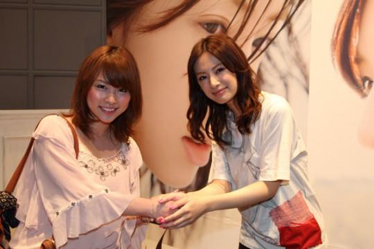 ファンと握手する北川さん