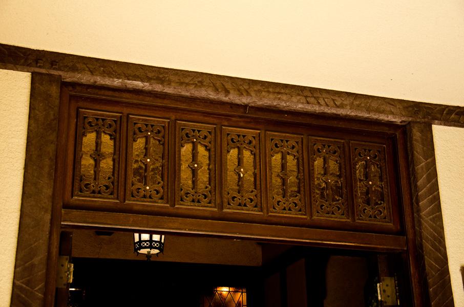 玄関上部のチューダーモチーフ