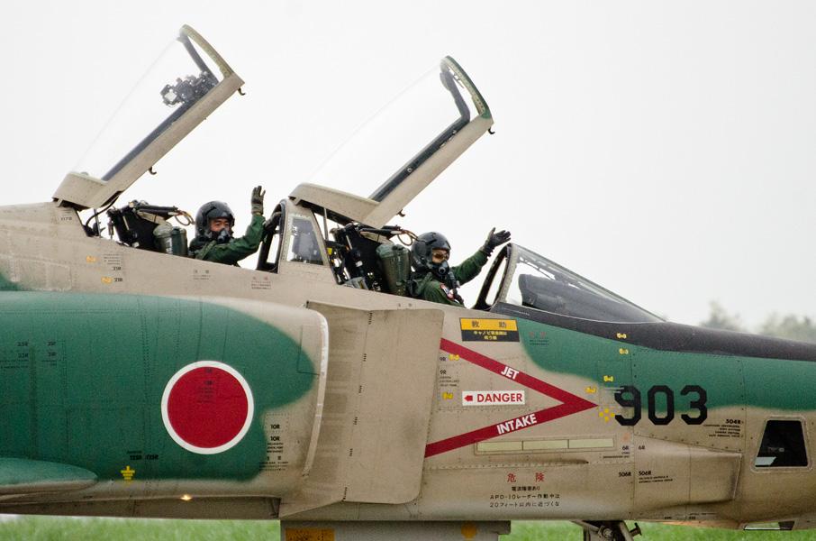 観客に手を振るRF-4Eのパイロット