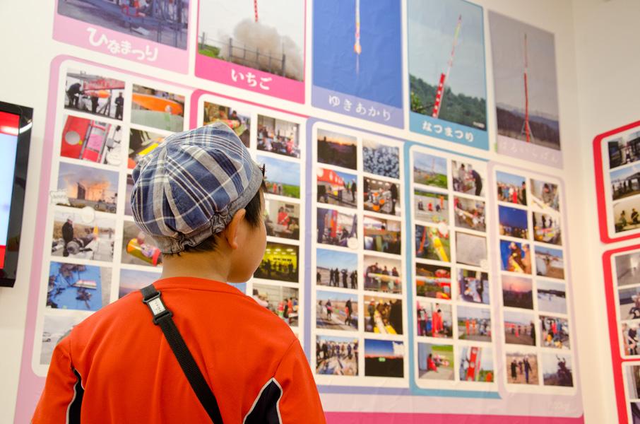 展示を見る子供