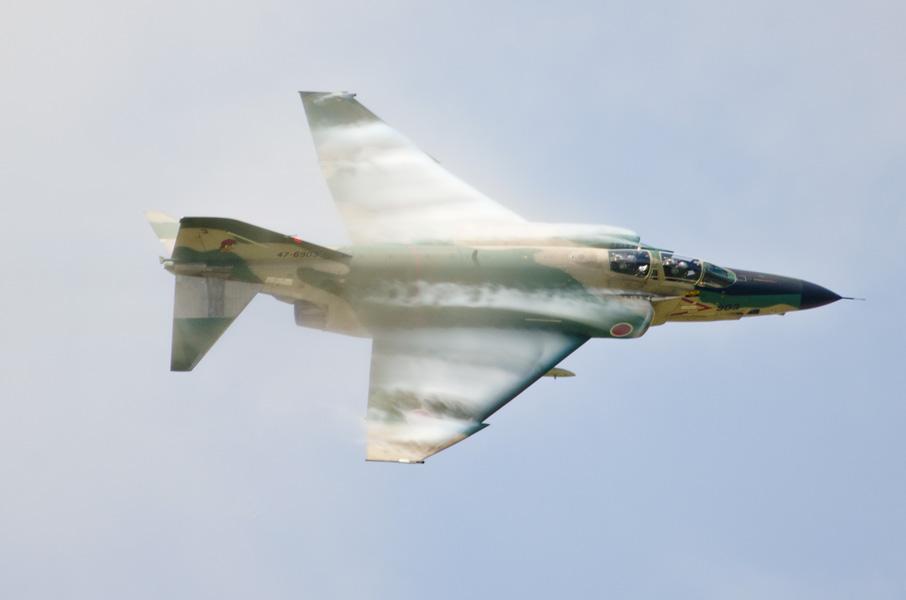 ベイパーを発生させて飛ぶRF-4E