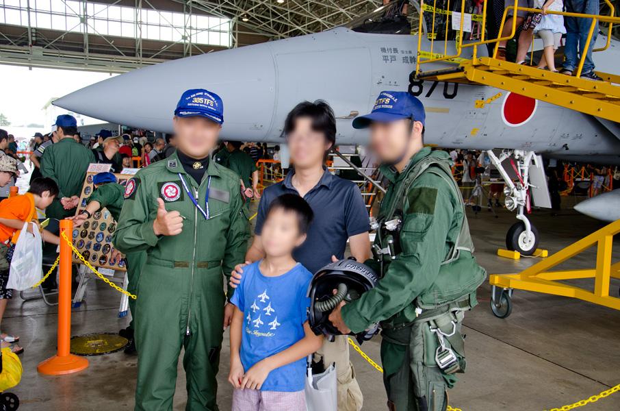 記念撮影に応じる305飛行隊長とパイロット