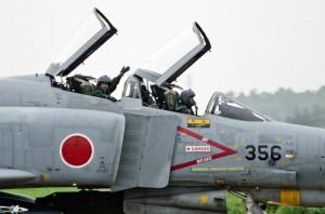 観客に手を振るF-4EJ改のパイロット