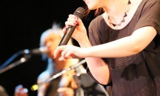 絢香がプレミアムライブで新曲「ありがとうの輪」を熱唱