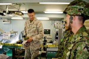 手術室の説明を受ける海兵隊員