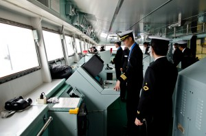 操艦する艦橋乗組員
