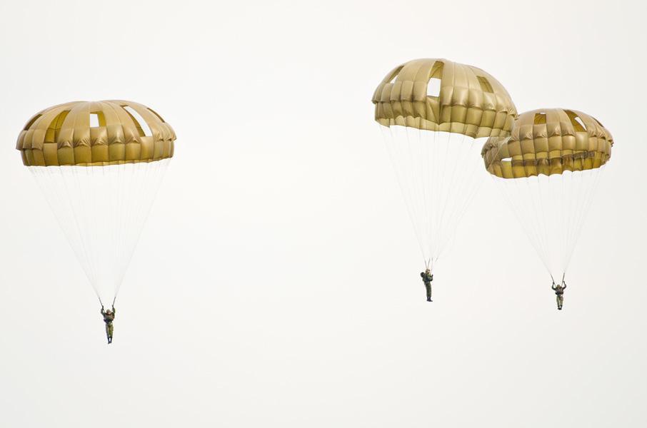 降下中の空挺隊員