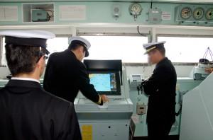 GPSを確認する艦長ら
