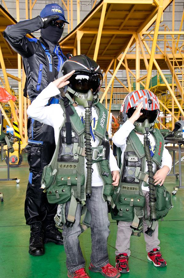装備をつけて隊員と記念撮影