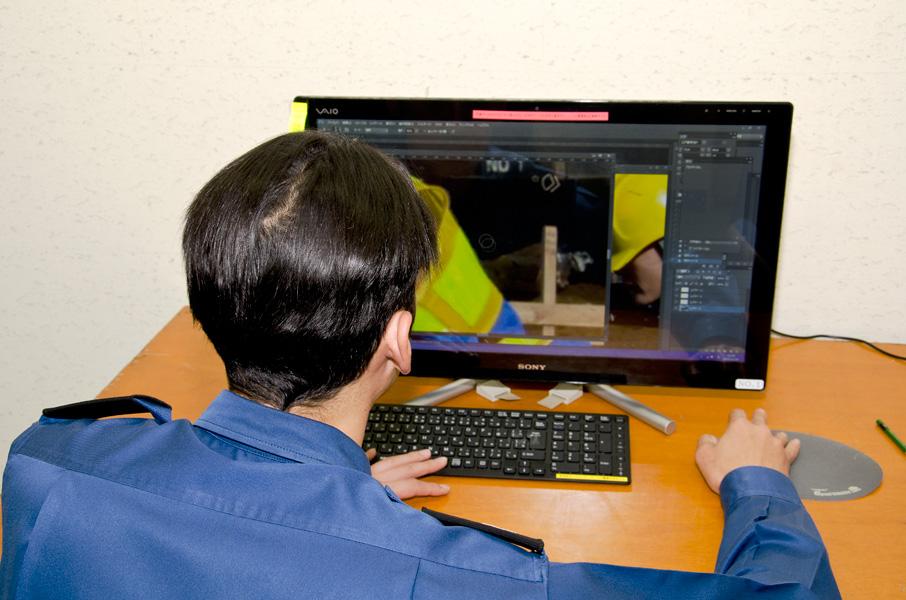 画像を編集する学生