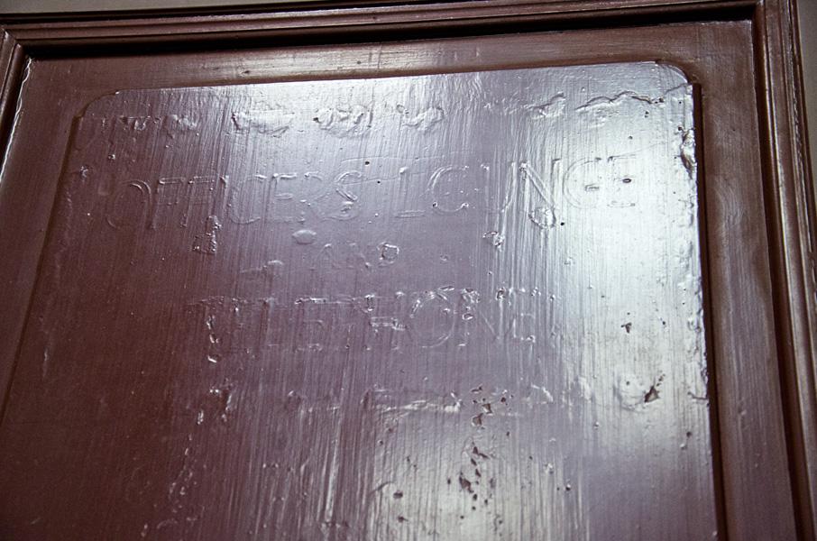 ドアに残る進駐軍時代の文字