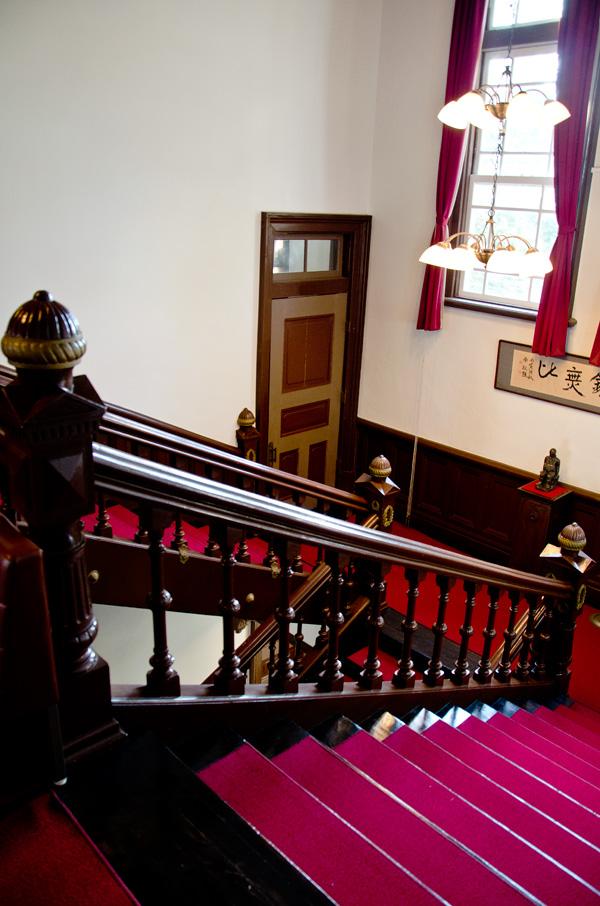 踊り場にあるサービス階段への扉