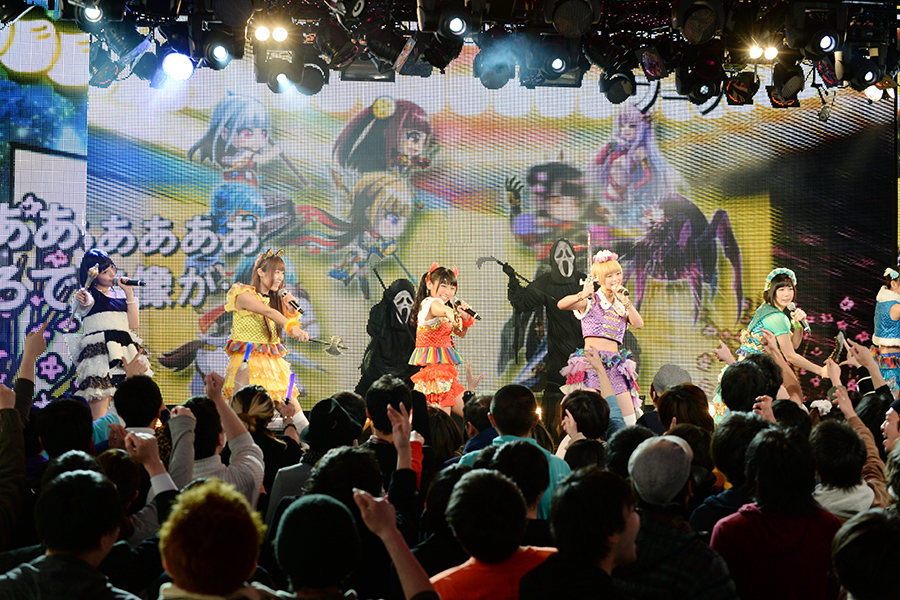 でんぱ組の6人が武器とマイクを手にして再びステージに登場