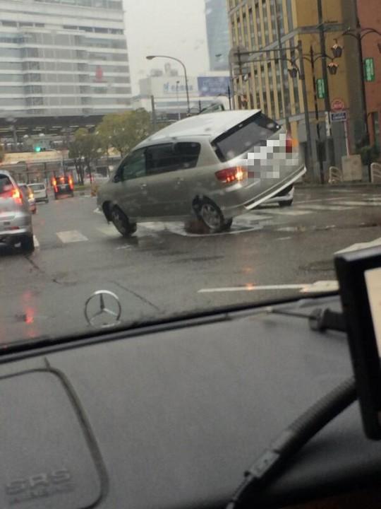 あわや大惨事!名古屋駅前でカーブした瞬間スリップして浮いた車
