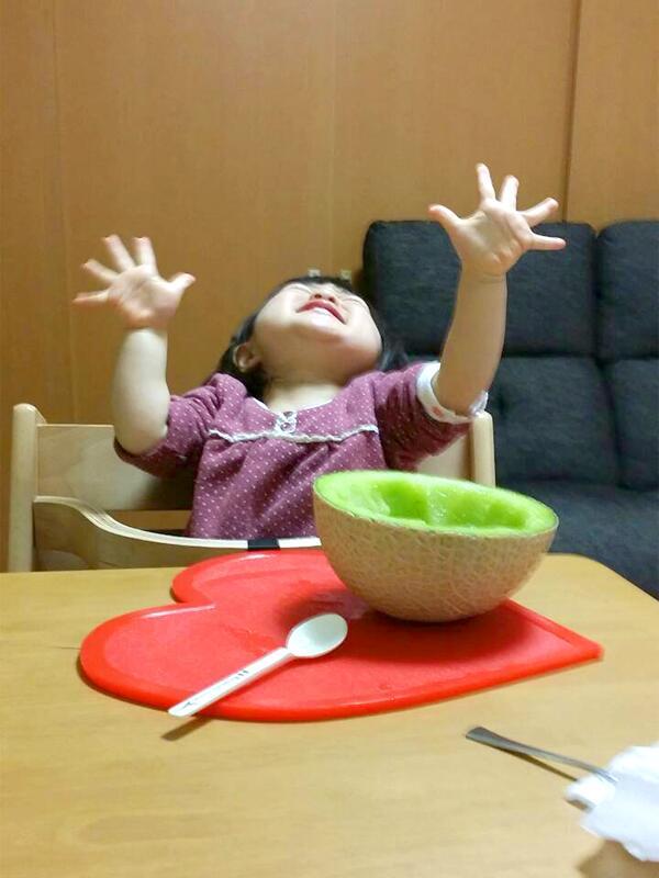 初めてメロンを食べた1歳児の反応が可愛すぎ!!