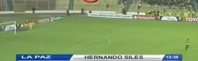 幽霊?南米サッカー試合中に謎の黒い人影撮影され話題