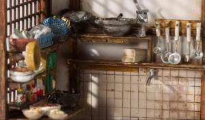 手作り棚に置かれた調理器具