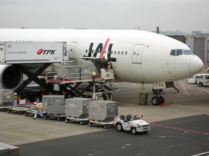 貨物を積み込む旅客機