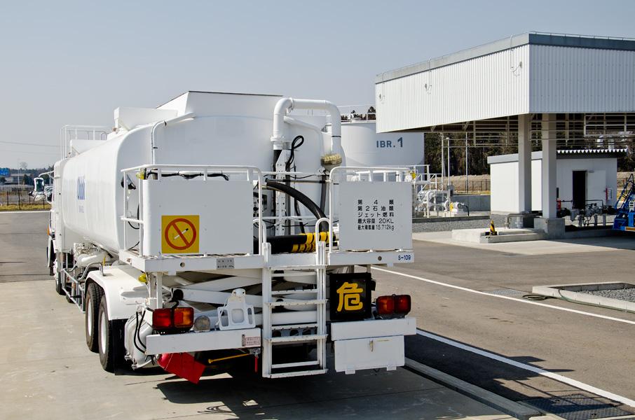 タンクローリーと燃料タンク