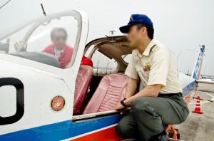 飛行機談義をする自衛官と民間のパイロット