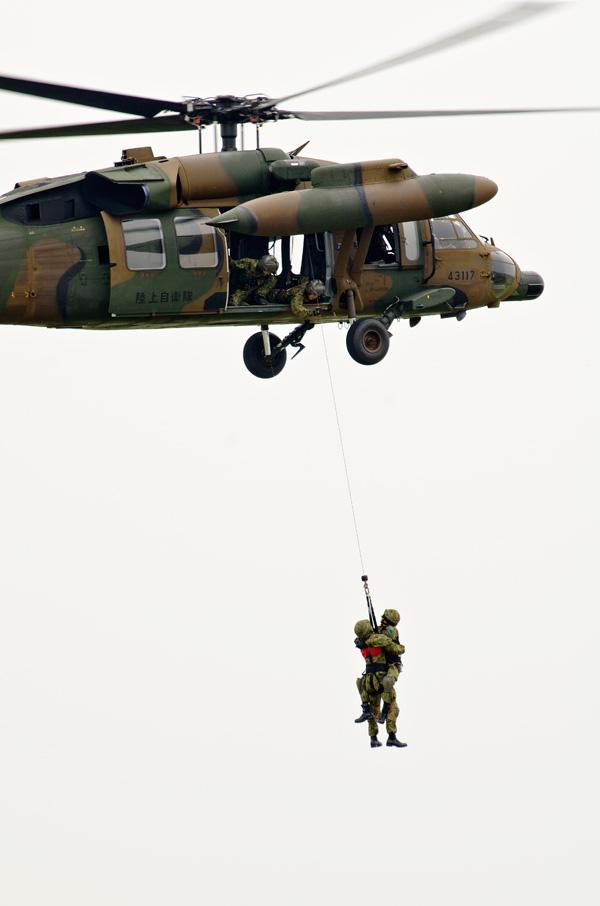 隊員をホイストするUH-60JA